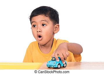 csinos, kevés, asian fiú, gyermek, kölyök, preschooler, játék, noha, blue autó, játékszer