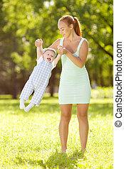 csinos, kevés, csecsemő, alatt, nyár, liget, noha, anya, képben látható, a, grass., swee