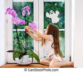 csinos, kevés, virág, ablakpárkány, ülés, pvc, ablak, új, leány