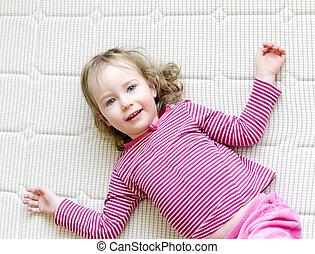 csinos, kicsi lány, fekvő, matrac