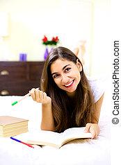 csinos, kisasszony, tanulás, ágyban, otthon