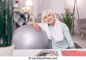 csinos, labda, jóga, öregedő woman, vonzalom, mosolygós