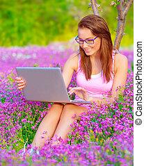 csinos, laptop, nő, szabadban