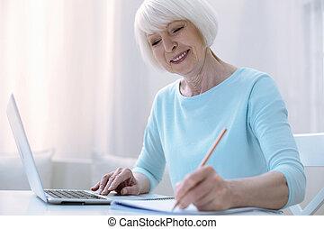 csinos, nő, dolgozó, neki, öregedő, szoba