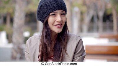 csinos, nő, fiatal, kötött, mosolygós, kalap