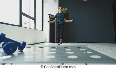 csinos, nő, sportszerű, tréning, fiatal, nagy, odaköt, ablak, ugrás, tornaterem