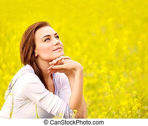 csinos, női, képben látható, sárga, virágos, mező