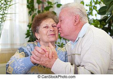 csinos, senior összekapcsol, csókolózás