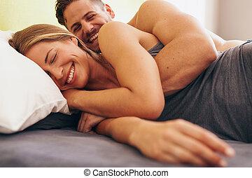 csinos, szeret, párosít, fiatal, ágy, fekvő