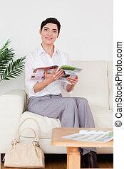 csinos, woman olvas, egy, magazin