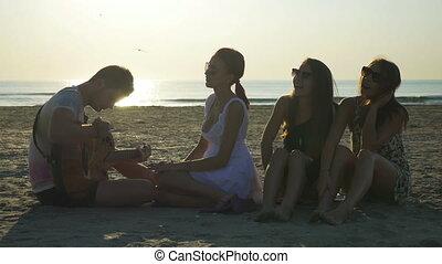 csoport, ülés, tengerpart, barátok, gitár, éneklés