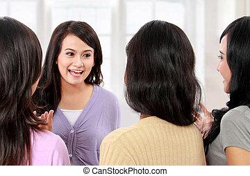 csoport, barátok, beszélgető, nők