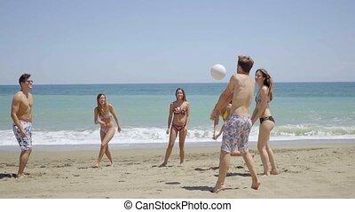 csoport, barátok, fiatal, futball, tengerpart, játék
