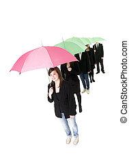 csoport emberek, noha, esernyők