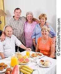 csoport, idősebb ember, barátok