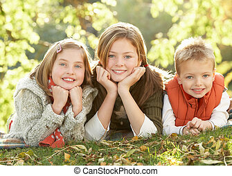 csoport, közül, 3 gyermekek, realxing, szabadban, alatt, ősz parkosít