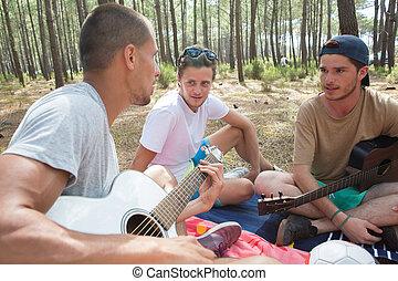 csoport, közül, boldog, barátok, noha, gitár, having móka, külső