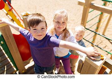 csoport, közül, boldog, gyerekek, képben látható, gyerekek, játszótér