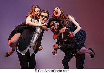 csoport, közül, boldog, young emberek, having móka