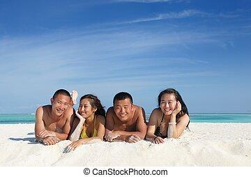csoport, közül, boldog, young emberek, szórakozik, képben látható, agglegényéletet él