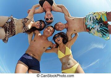 csoport, közül, boldog, young emberek, szórakozik, képben látható, tengerpart