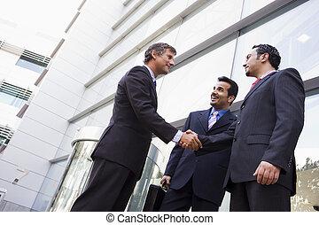 csoport, közül, businessmen, reszkető kezezés, kívül, hivatal