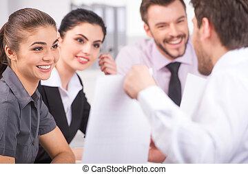 csoport, közül, fiatal, ügy emberek, beszéd, képben látható, ügy, meeting., ügy bábu, kiállítás, diagram, képben látható, gyűlés, alatt, hivatal