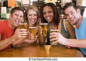 csoport, közül, fiatal, barátok, alatt, bár, pirítós, a, fényképezőgép