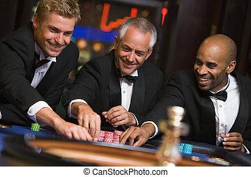 csoport, közül, hím, barátok, -ban, roulette asztal