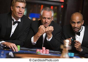 csoport, közül, hím, barátok, hazárdjáték, -ban, roulette asztal