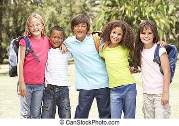 csoport, közül, iskolások, álló, dísztér