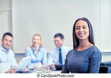 csoport, közül, mosolygós, businesspeople, gyűlés, alatt, hivatal