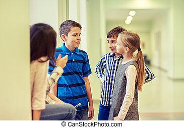 csoport, közül, mosolygós, iskola ugrat, beszéd, alatt, folyosó