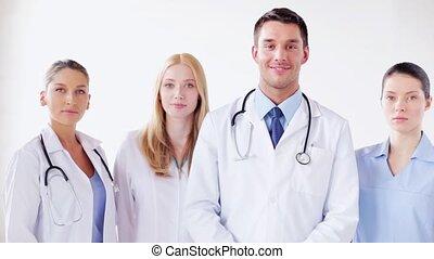 csoport, közül, mosolygós, orvosok
