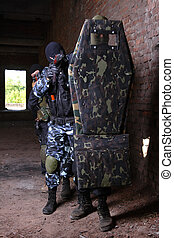 csoport, pajzs, katona, mögött, mozgató, taktikai