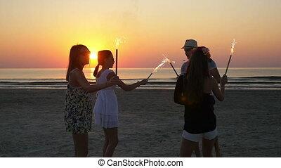 csoport, tánc, barátok, tűzijáték, sandy tengerpart, napkelte