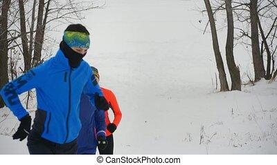 csoport, tél, fiatal, három, futás, erdő, atléta,...