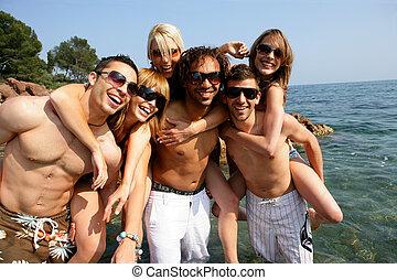 csoport, tengerpart, fiatal, móka, barátok, birtoklás