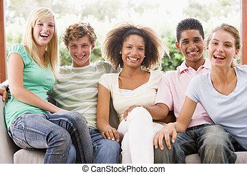 csoport tizenéves, ülés, képben látható, egy, dívány