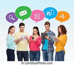 csoport tizenéves, noha, smartphones, és, tabletta pc