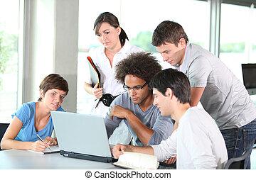 csoport young emberek, alatt, üzleti találkozás