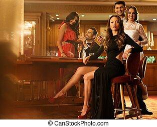 csoport young emberek, mögött, asztal, alatt, egy, fényűzés, belső