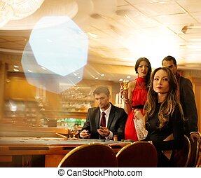 csoport young emberek, mögött, roulette asztal, alatt, egy,...