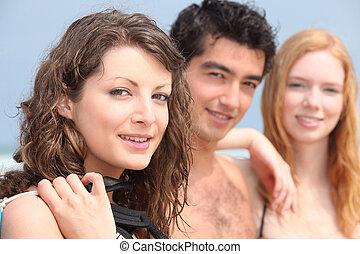 csoport young emberek, tengerpart