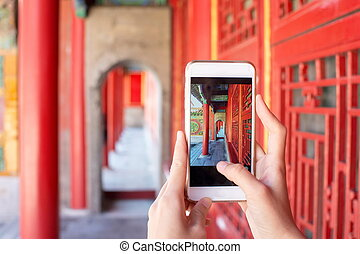 cuadro que toma turístico, en, el, ciudad prohibida, con, smartphone