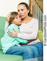 cuarentón, madre, reconfortante, muchacho adolescente