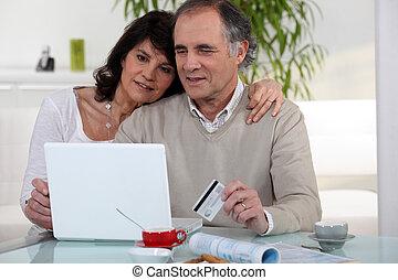cuarentón, pareja, el hacer compras en línea