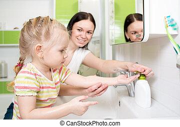 cuarto de baño, lavado, mamá, manos, feliz, niño