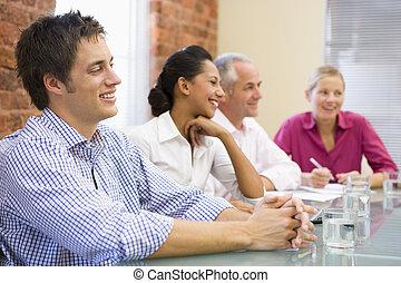 cuatro, businesspeople, en, sala juntas, sonriente