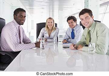 cuatro, businesspeople, en, un, sala juntas, sonriente